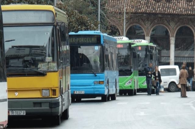 Përgjysmohet numri i urbanëve në Tiranë
