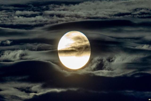 NASA zbulon ujë në sipërfaqen e ndriçuar të Hënës