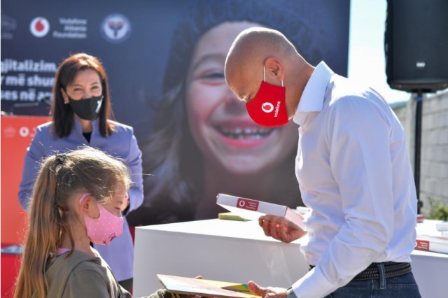 Vodafone Albania dhuron 15.000 pajisje smart